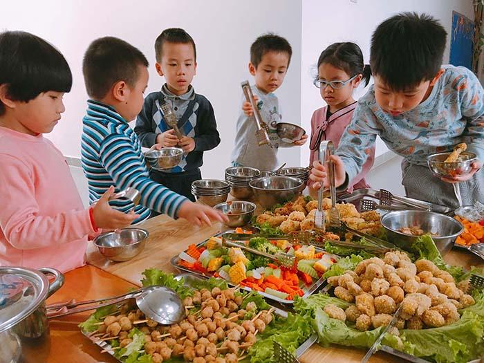 bữa ăn cho trẻ trường mầm non